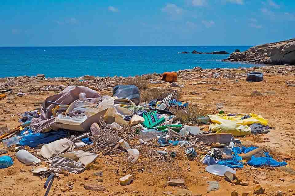 Stor plasthaug på stranda