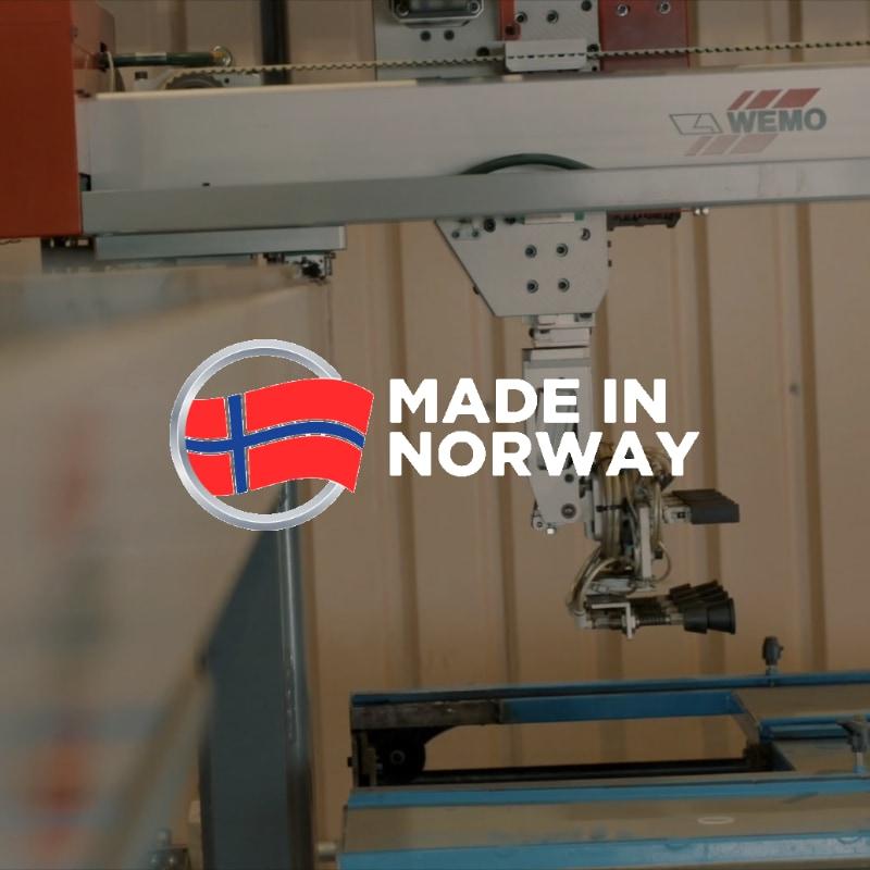Maskin på fabrikken med norsk flagg
