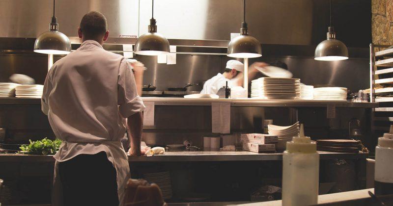 Kjøkken på restaurant med kokker i arbeid