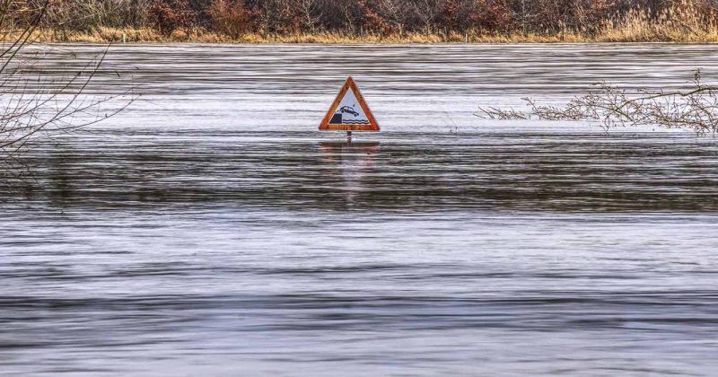 Oversvømmelse. Skilt stikker opp